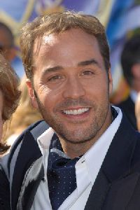 Actor Jeremy Piven pictures at the 58th Annual Primetime Emmy Awards - Arrivals