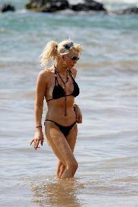 Courtney Love : Courtney Love Bikini 2