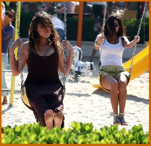 Khole and her sistyer Kourtney kardashian