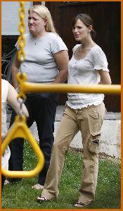 Jennifer Garner : Jennifer Garner downblouse while visiting a friend s house in LA6 48847a71edbc1