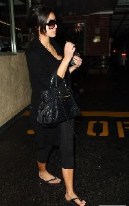 Kim Kardashian : Kim wearing flip flops at the nail salon November 7th 2008
