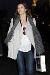 Jessica Biel : latest appearance of Jessica after buying an Apple MacBook yesterday 9th Dec. 2008