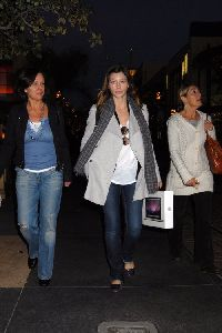 Jessica Biel : recent photos of Jessica holiday shopping with her mother and friend - 9th Dec. 2008