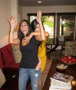 Kim Kardashian : Kim with her sister Kourtney