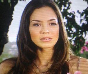 Azra Akin : a Tv still, i like her straight hair