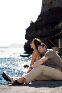 Azra Akin : hugged by her fiance Kivanc Tatlitug