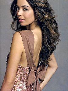 Azra Akin : wallpaper of stylish Azra in a light brown dress