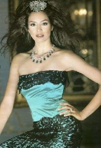 Azra Akin : looking glam in the light green and black dress