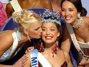 Azra Akin : kissed by her co-beauty world ladies when she won the miss-world contest on 2002