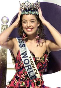Azra Akin announced the Miss world 2002 at the beauty contest
