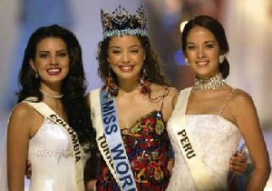 Azra Akin at the beauty contest together with Miss Colombia and Miss Peru