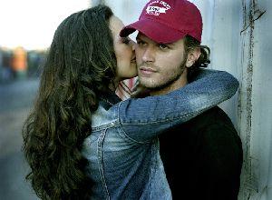 Azra Akin hugging Kivanc Tatlitug