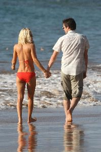 Jenny McCarthy : Candids walking with boyfriend Jim Carrey on Hawaii Beach on the 5th, Jan 2009