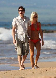 Jenny McCarthy : Candids wearing an orange bikini and walking hand in hand with boyfriend Jim Carrey on Hawaii Beach on the 5th, Jan 2009
