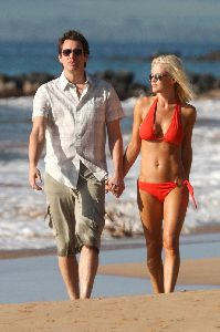 Jenny McCarthy : Candids wearing an orange bikini and walking on Hawaii Beach together with Jim Carrey on the 5th, Jan 2009 - Copy