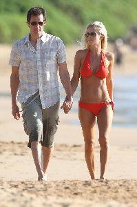 Jenny McCarthy : high quality photos wearing an orange bikini and walking on Hawaii Beach together with Jim Carrey on the 5th, Jan 2009
