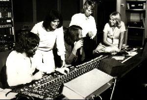 Eliza Dushku : ABBA-music-01