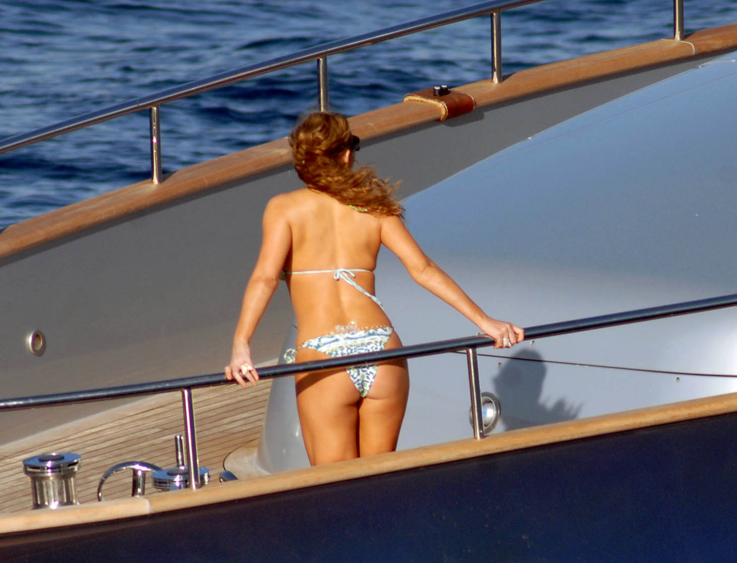 Pictures of Mariah Carey in a bikini. Click for 1462 x 1118 image